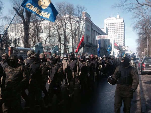 ο φασιστικό Svoboda, οι μονάδες της παραστρατιωτικής «Αυτοάμυνας», παρελαύνουν στο Κίεβο. Φωτογραφία Samson Dunay